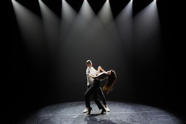 Beau couple d'artistes professionnels dansant la salsa