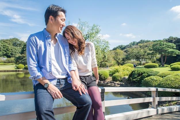 Beau couple asiatique datant dans un parc