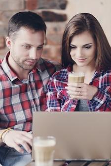 Beau couple au café