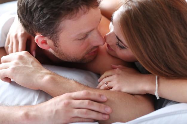 Beau couple au lit