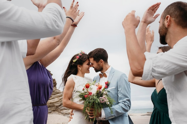 Beau couple ayant leur mariage sur la plage