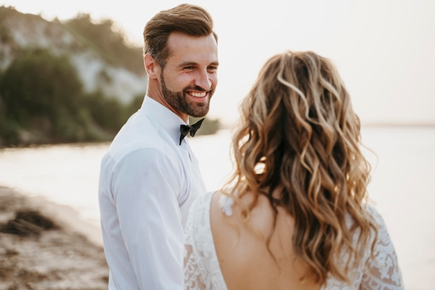 Beau couple ayant leur mariage à la plage