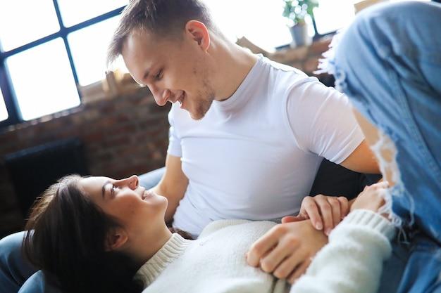 Beau couple ayant un moment d'intimité ensemble