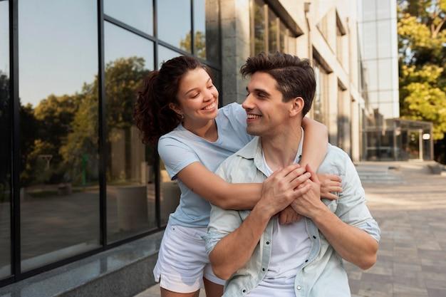 Beau couple ayant un rendez-vous à l'extérieur