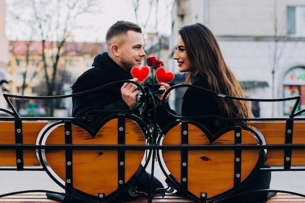 Beau couple sur un banc romantique