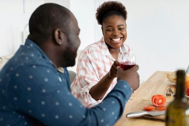 Beau couple bénéficiant d'un verre de vin ensemble