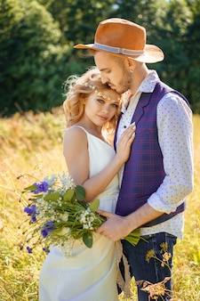 Beau couple caresses en été dans un champ
