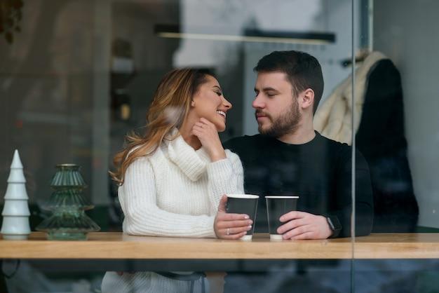 Beau couple caucasien amoureux boit du café au café. amour et romantique.