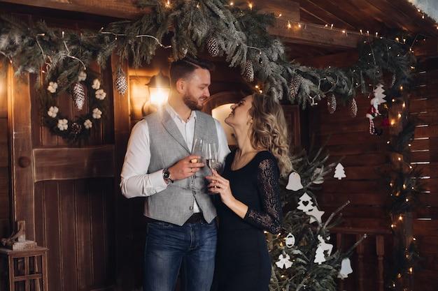 Beau couple avec champagne sous guirlande de noël