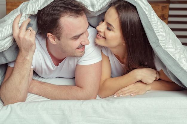 Beau couple couché ensemble sur le lit