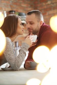Beau couple dans un café