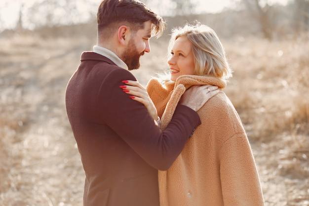 Beau couple dans un champ de printemps