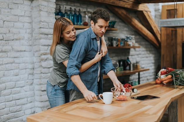 Beau couple dans la cuisine