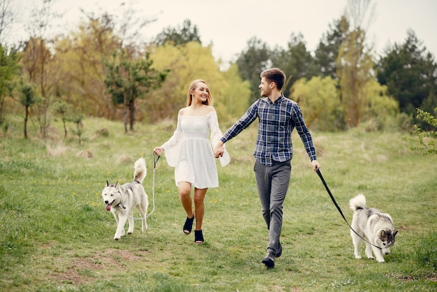 Beau couple dans une forêt en été avec un chien