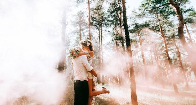 Beau couple dans une forêt verte