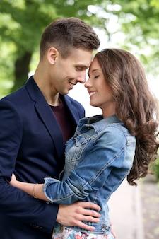 Beau couple dans le parc