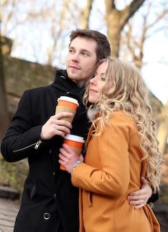 Beau couple dans la rue