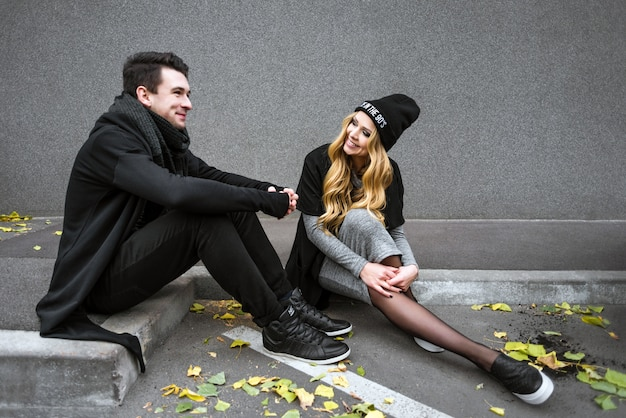 Beau couple dans la ville moderne
