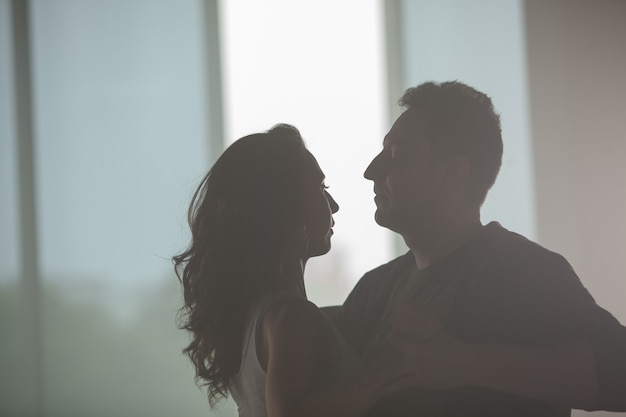 Beau couple dansant et appréciant la musique en cours de danse. interaction des partenaires. belle prestation.