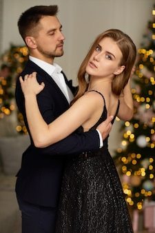 Beau couple dansant dans le salon