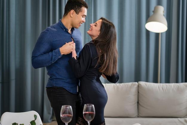 Beau couple dansant ensemble le jour de la saint-valentin