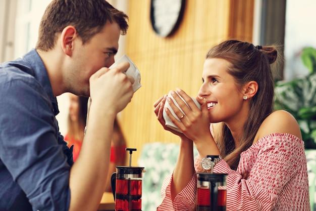Beau couple à une date au restaurant