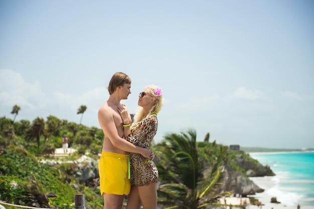 Beau, couple, debout, plage