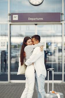 Beau couple debout près de l'aéroport