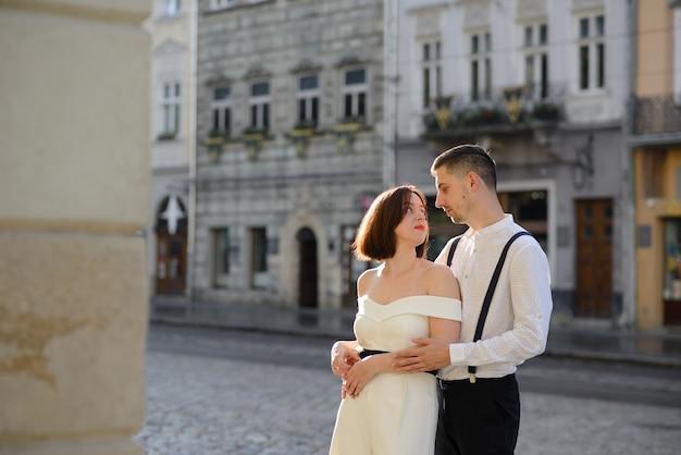 Beau couple élégant à une date dans les rues de la vieille ville.