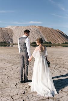 Beau couple élégant de jeunes mariés amoureux des montagnes de sel et des carrières