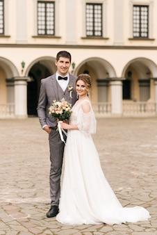Beau couple élégant de jeunes mariés amoureux
