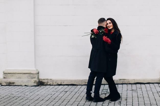 Beau couple embrassant dans la rue en hiver