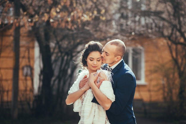 Beau couple embrassant