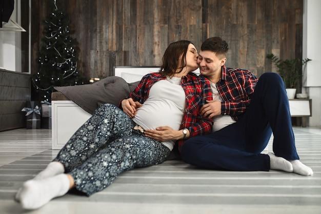 Beau couple enceinte dans la chambre