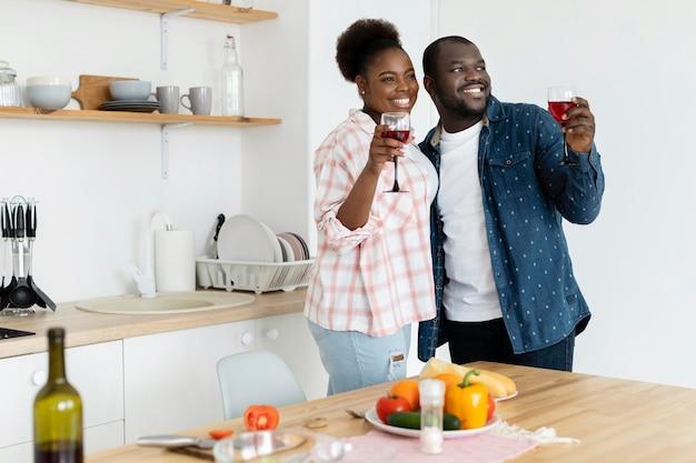 Beau couple étant ensemble dans la cuisine