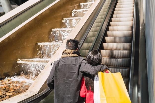 Beau couple, faire du shopping dans le centre commercial.