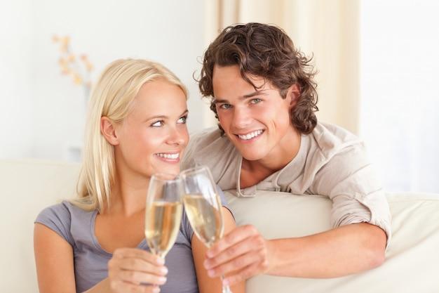 Beau couple faisant un toast