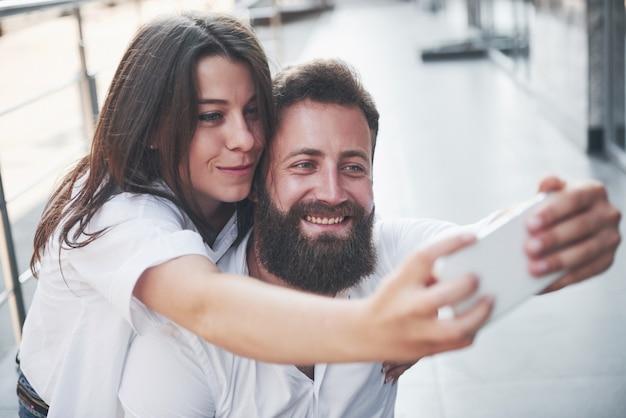 Un beau couple fait une photo à l'extérieur.