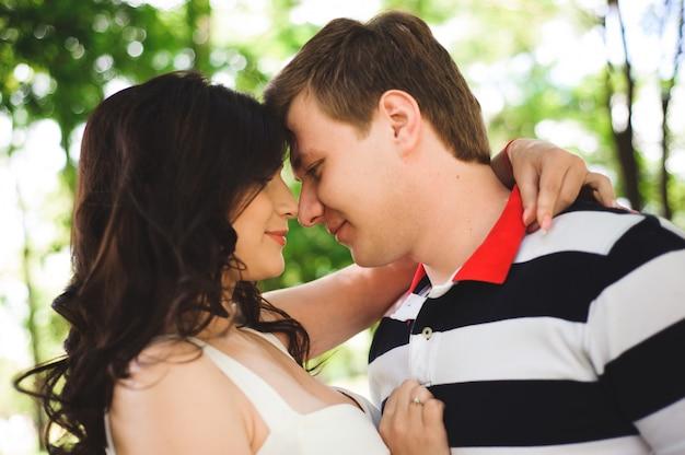 Beau couple heureux dans un parc d'été.