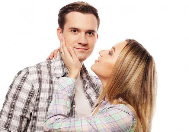 Beau couple heureux embrassant