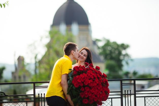 Beau couple heureux avec des fleurs