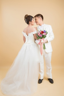 Beau couple heureux en mariage en studio