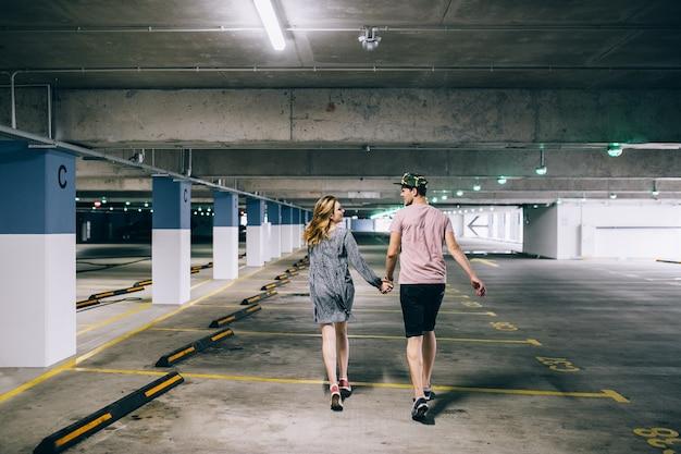 Beau couple heureux s'amuser photo romantique câlins ensemble sur la place de parking