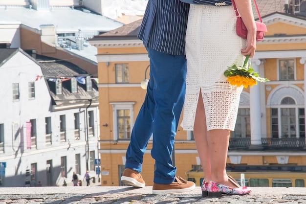 Beau couple, homme femme debout sur les escaliers de la cathédrale d'helsinki, la place du sénat en arrière-plan, la ville de l'amour helsing