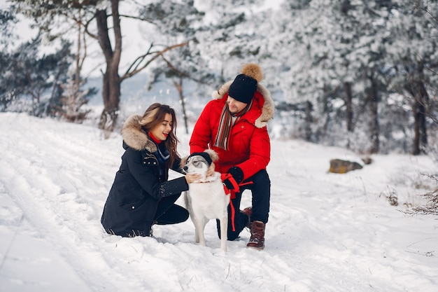 Beau couple jouant avec un chien