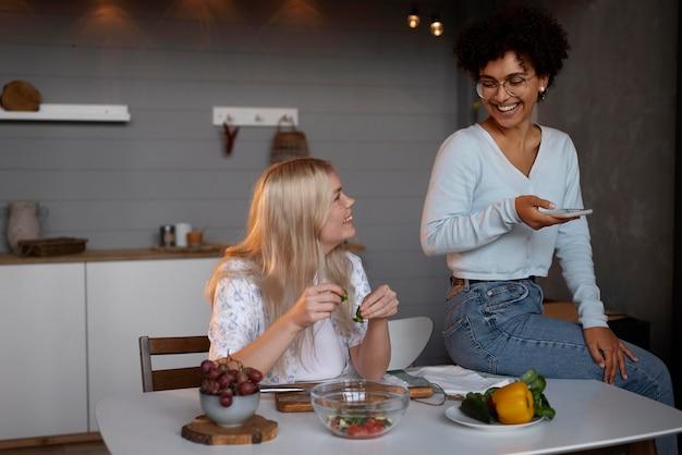 Beau couple de lesbiennes passant du temps ensemble dans la cuisine