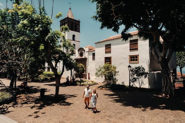 Beau couple avec des lunettes dans la vieille ville des îles canaries, amoureux de l'île de tenerife dans la ville d'icod de los vinos.espagne.