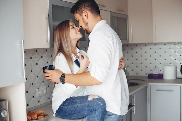 Beau couple à la maison