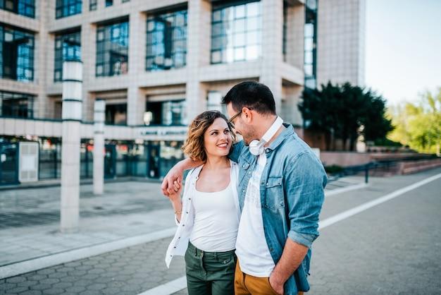 Beau couple marchant dans la rue.
