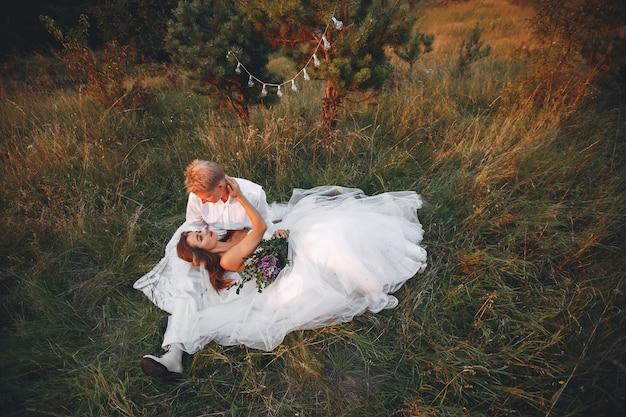 Beau couple de mariage dans un champ d'été